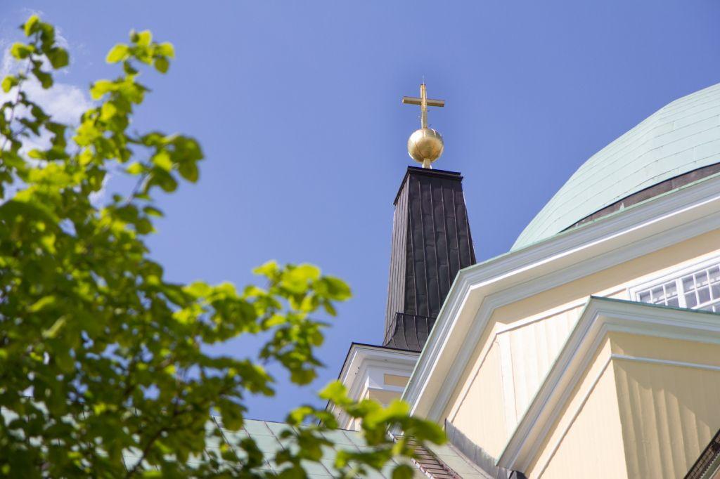 Oulun tuomiokirkon risti kesämaisemassa