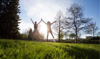 Tytöt heittävät kärrynpyörää Ainolan puistossa kesällä