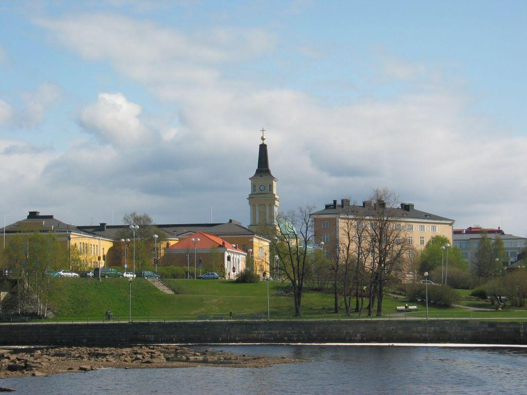 Oulun tuomiokirkko kohoaa keskellä kaupunkia