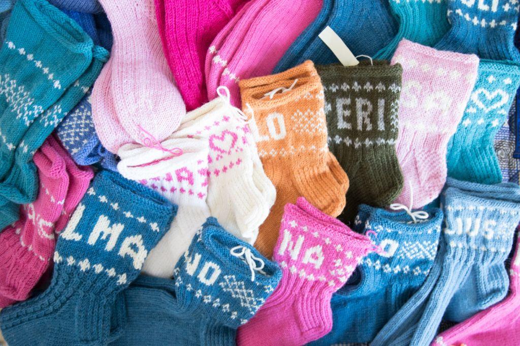 Lähetyspiiriläisten kutomia villasukkia vauvoille