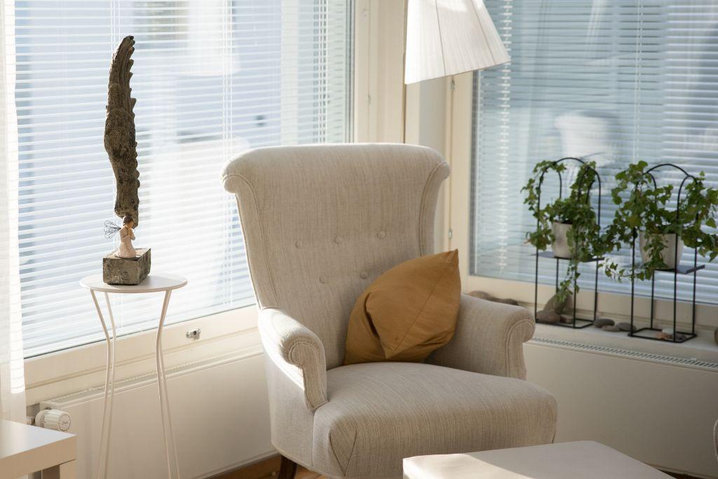 Tyhjä nojatuoli rauhallisessa huoneessa