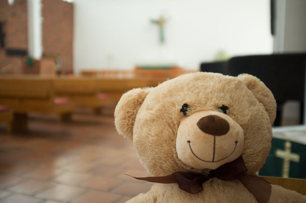 Nalle hymyilee Karjasillan kirkossa