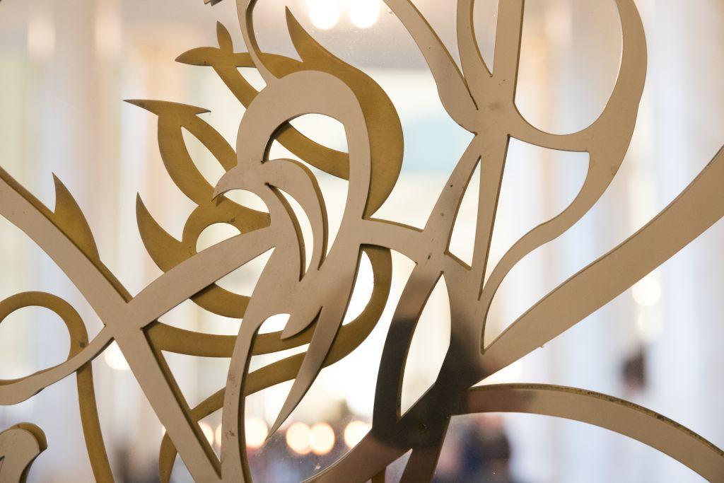 Tuomiokirkon lasiovessa on kaunista metallikuviointia