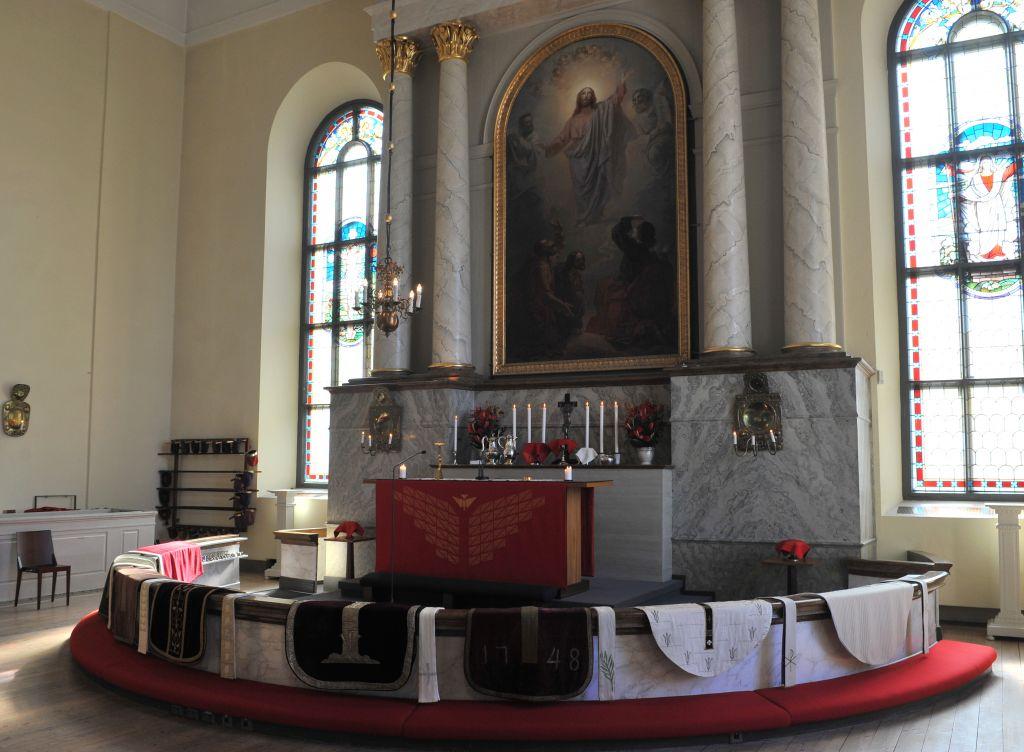 Messukasukat tuomiokirkon alttarikaiteella odottamassa pappisvihkimystä