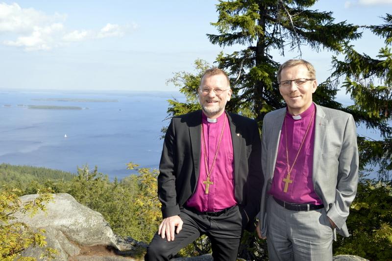 Piispat Jari Jolkkonen (vas.) ja Jukka Keskitalo isännöivät metsäseminaaria Kolin kansallismaisemissa.