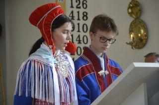 Pohjoissaamen kielinen raamattu ja juhlamessu, saamelaisia nuoria