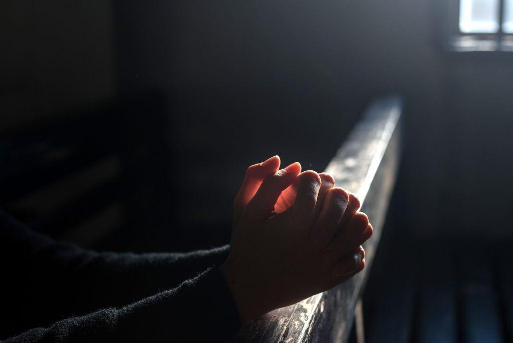 Rukoilevat kädet, koronavirustilaneen kriisiviestinnän kuva