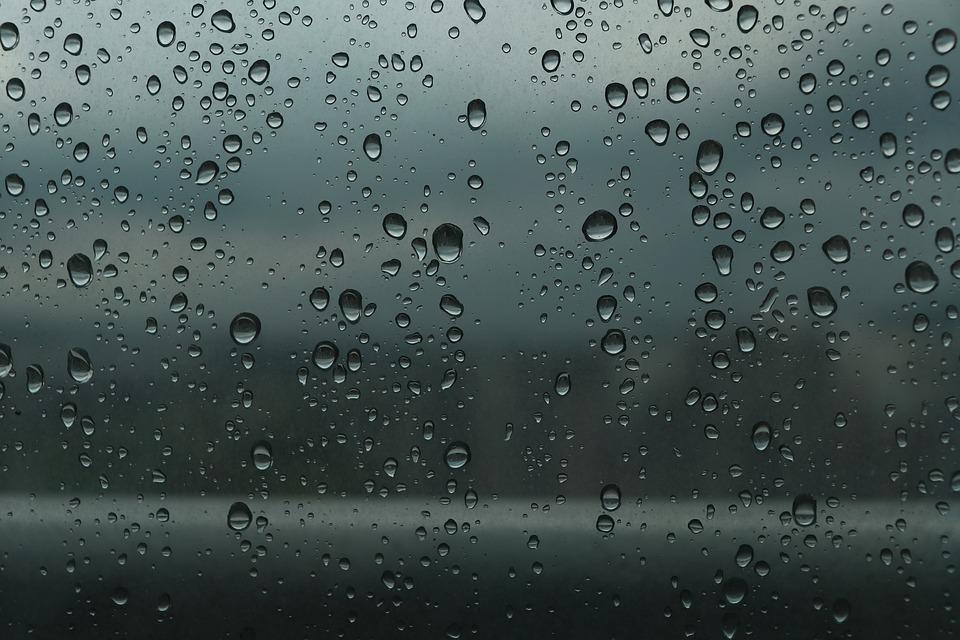 Ikkuna, jossa sadepisaroita