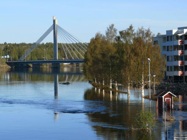 Piispa Jukka Keskitalo tutustuu tulvatilanteeseen Rovaniemellä ja toimittaa hartaushetken tulvivan joen äärellä