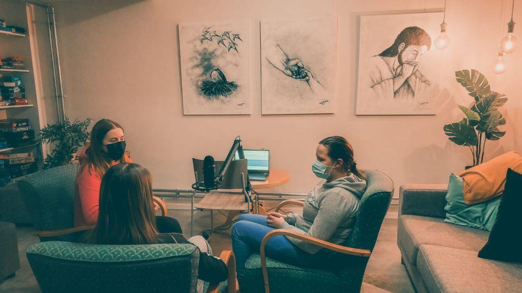 Kolme nuorta tekemässä podcastia