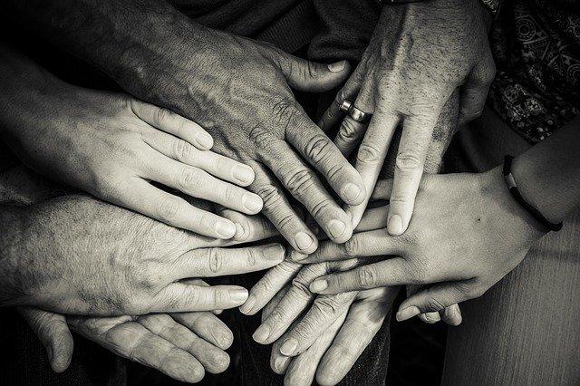 Bixabay-kuvapankki, kädet päällekkäin